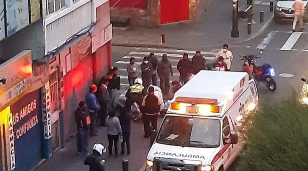 Un equipo de paramédicos brindaron atención médica dos ciclistas adolescentes que fueron atropellados en el centro de Ambato. Foto: Cortesía