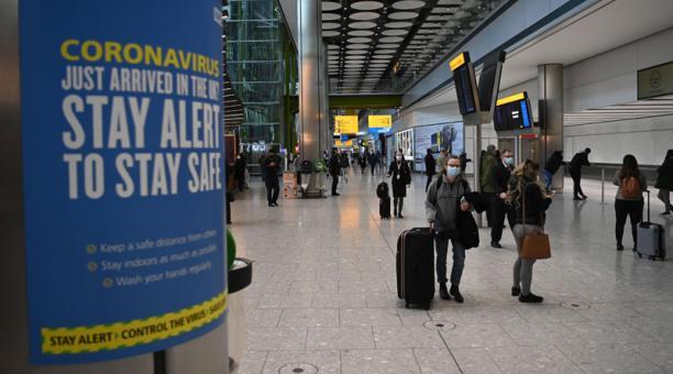 Londres defendió este 15 de enero del 2021 su decisión de restringir los vuelos de Ecuador y otros países debido a una variante del coronavirus detectada en Brasil. Foto: EFE.