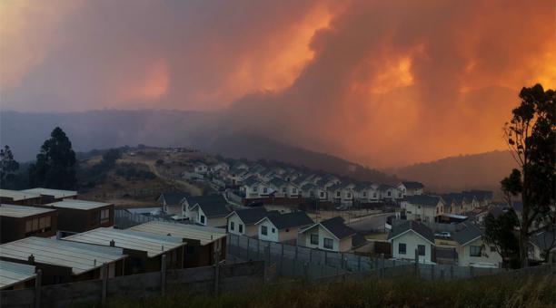 El primer foco de incendio fue denunciado la noche del jueves 14 de enero del 2021 por vecinos de Quilpué, Chile. Foto: Captura