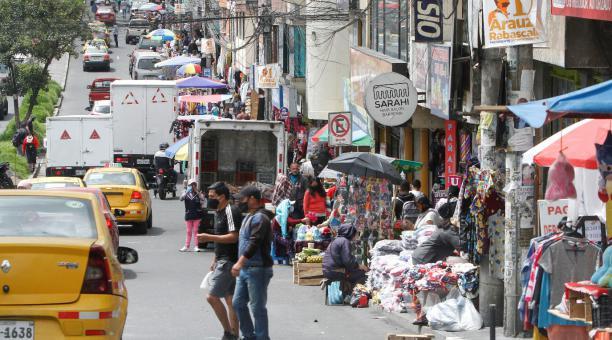 Mientras la avenida Jorge Garcés luce abarrotada de vendedores informales que se disputan clientes con los dueños y arrendatarios de los locales comerciales, el mercado y centro comercial del Comité del Pueblo, norte de Quito, funciona con muchos puestos