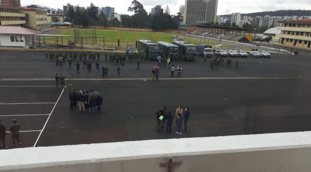 Este sábado 16 de enero del 2021, los investigadores llegaron al Colegio Militar Eloy Alfaro, en el norte de Quito, pues el mando castrense de  entonces se concentró en esas instalaciones, mientras  el personal se dirigió a la casa de salud para 'extraer'