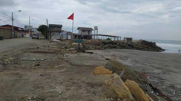 Las playas de Crucita y Subre continuarán con bandera roja para alertar de los oleajes. Foto: cortesía Municipio de Sucre