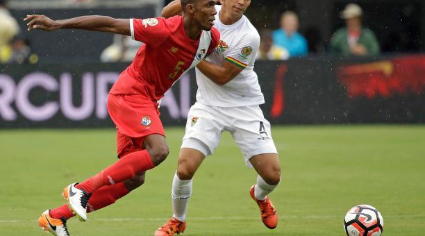 Roderick Miller (rojo) en un partido de la Copa América ante Bolivia, defiende el balón ante su rival sudamericano. Foto: Tomado de Twitter