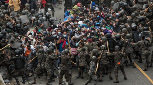Soldados guatemaltecos detienen y golpean a migrantes hondureños que intentaban pasar un cerco policial en la ciudad guatemalteca de Chiquimula este domingo, 17 de enero del 2021, en su camino primero a México y luego a Estados Unidos. Foto: EFE