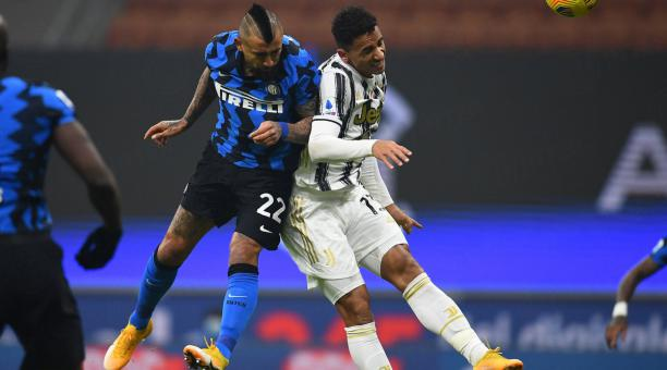 Arturo Vidal, autor del gol del triunfo del Inter de Milán, disputa un balón con un rival de la Juventus. Foto: Twitter del Inter de Milán