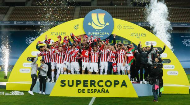 La plantilla del Athletic de Bilbao celebra el titulo alcanzado ante el FC Barcelona este domingo 17 de enero del 2021. Foto: Twitter del club