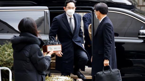 El heredero del Grupo Samsung, Jay Y. Lee, llega a un tribunal en Seúl, Corea del Sur, 18 de enero de 2021.