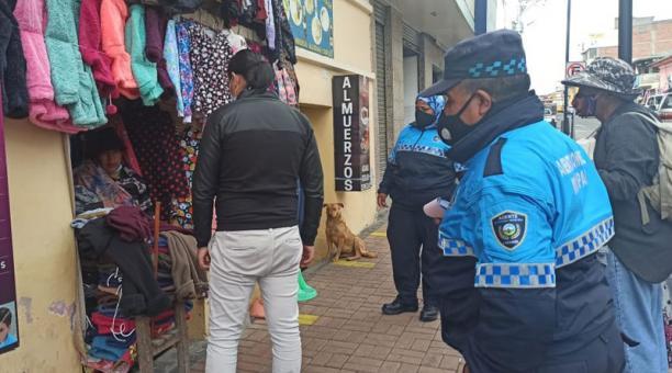 Policías y funcionarios del Municipio de Cayambe realizan recorridos en los locales comerciales y mercados para verificar que se cumplan medidas de bioseguridad. Foto: Cortesía Municipio de Cayambe