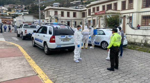 Uniformados de la Policía Nacional resguardaron un centro gerontológico de Alausí, tras identificar un contagio masivo de covid-19. Foto: Cortesía GAD Alausí