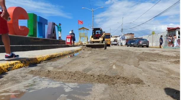 En Crucita, Portoviejo, el fin de semana se trabajó en la reconstrucción de un muro con piedras escolleras. Foto: Cortesía Municipio de Portoviejo