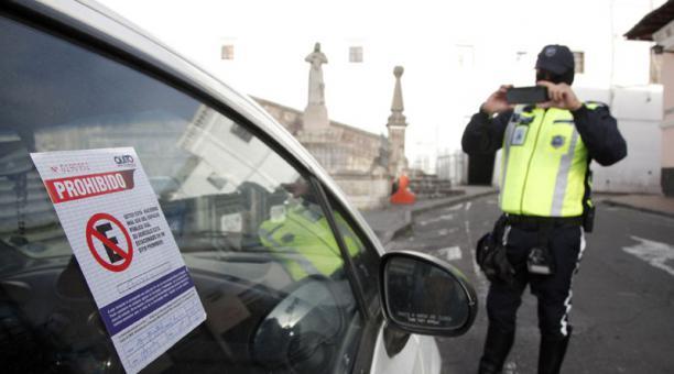 Un agente tomó ayer los datos de un vehículo mal estacionado en San Francisco. Foto: Patricio Terán / EL COMERCIO