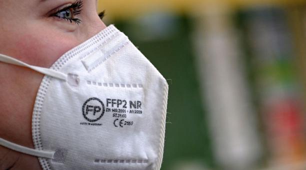 Autoridades de Francia desaconsejaron el uso de mascarillas hechas en casa debido a las nuevas variantes del coronavirus. Se requiere de implementos que ofrezcan un filtrado superior al 90%. Foto: EFE.