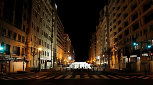 Un punto de control iluminado y atrincherado cerca de una calle casi vacía y cerrada, días antes de la investidura del presidente electo de Estados Unidos, Joe Biden, en Washington, D.C., Estados Unidos. 18 de enero, 2021.