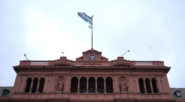 Una bandera argentina flamea sobre el palacio presidencial Casa Rosada en Buenos Aires, Argentina