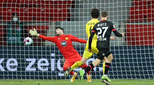 Florian Wirtz (R) del Bayern 04 Leverkusen anota sus lados segundo gol pasado Roman Burki (L) del Borussia Dortmund durante el partido de fútbol de la Bundesliga entre el Bayer 04 Leverkusen y el Borussia Dortmund en el BayArena en Leverkusen, Alemania, e