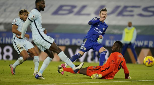 James Maddison (C) del Leicester City anota el gol de 2-0 durante el partido de fútbol de la Premier League inglesa entre el Leicester City y el Chelsea FC en Leicester, Gran Bretaña, el 19 de enero de 2021. (Reino Unido) EFE