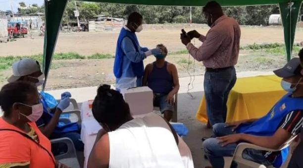 Las pruebas PCR se toman en los barrios marginales de Esmeraldas a través de un grupo de voluntarios. Foto: Marcel Bonilla / EL COMERCIO