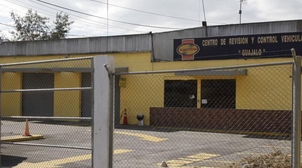 Ayer en la mañana, el centro de revisión técnica vehicular ubicado en Guajaló, en el sur, permaneció cerrado. Foto: Patricio Terán / EL COMERCIO