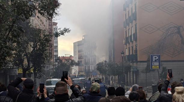 Una fuerte explosión ha provocado en torno a las tres de la tarde el derrumbe de parte de un edificio en la calle Toledo de Madrid, sin que por el momento hayan trascendido si hay fallecidos ni heridos.