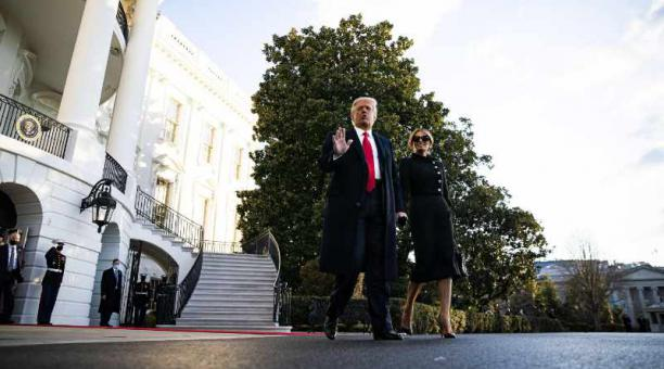 El presidente de Estados Unidos Donald Trump  saliendo de la Casa Blanca