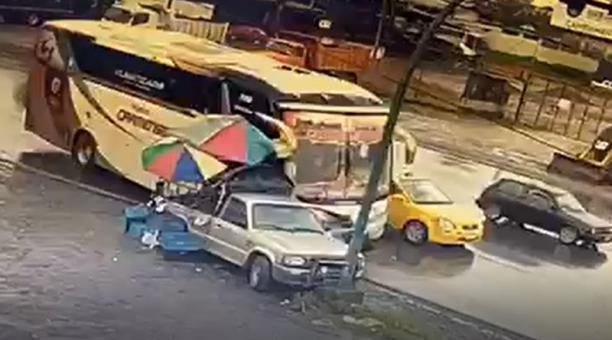 Los dos ocupantes de la motocicleta son impactados y posteriormente arrastrados luego de que el micro hiciera una maniobra para esquivar un taxi.