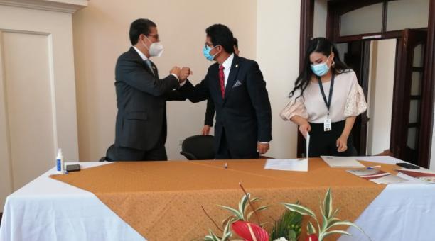 Las autoridades firmaron convenios con los representantes de los gremios empresariales. Foto: Fabián Maisanche / EL COMERCIO