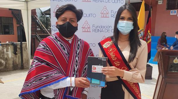 La Fundación Reina de Quito entregó tablets para estudiantes