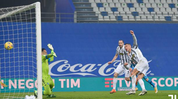 Cristiano Ronaldo remata al arco del colombiano David Ospina, en la final de la Supercopa de Italia. Foto: Twitter del Juventus