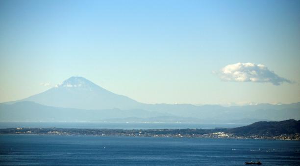 La cima del monte Fuji se ve casi sin nieve, desde Kyonan, prefectura de Chiba, Japón. Foto: EFE