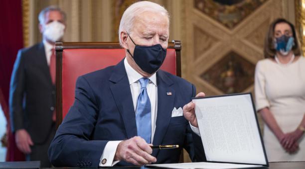 El presidente de los Estados Unidos, Joe Biden, firma tres documentos que incluyen una declaración de toma de posesión, nominaciones de gabinete y nominaciones de sub-gabinete en la Sala de Presidentes del Capitolio de los Estados Unidos después de la cer