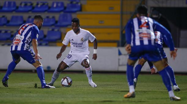 Eder Militao se enfrenta a dos jugadores del Alcoyano, en este duelo de Copa del Rey disputado el 20 de enero del 2021. Foto: Tomada de Twitter