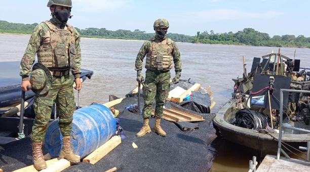 Ayer, miembros de las Fuerzas Armadas decomisaron en puerto El Carmen una embarcación con combustible ilegal. Foto: Cortesía