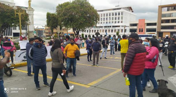 Los integrantes el Centro Comercial Popular, de Tulcán, realizaron un plantón para que reabran sus locales. Javier Montalvo para EL COMERCIO