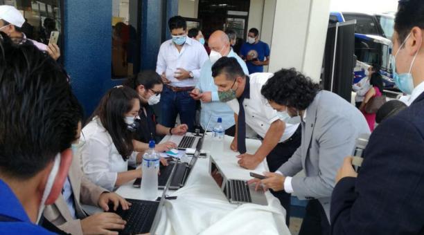 El ministro de Telecomunicaciones, Andrés Michelena, ingresa a la plataforma para obtener su licencia de conducir digital. Foto: Twitter @ANT_Ecuador