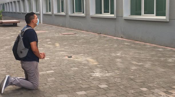 El hombre lleva 52 días pidiendo por la recuperación de su esposa. Foto: Tomada de la cuenta Twitter Hospital de Especialidades Portoviejo