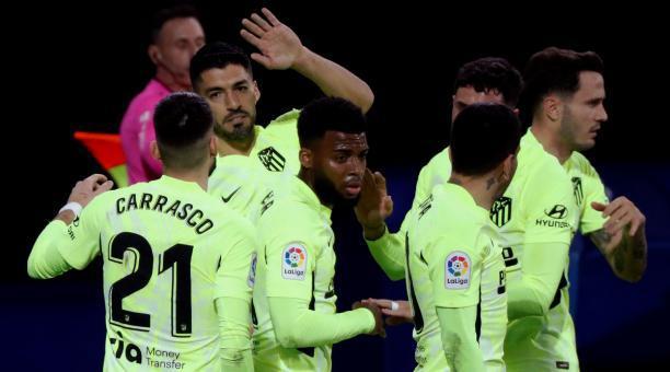 El uruguayo Luis Suárez (izq.) marcó dos goles en el triunfo del Atleti sobre el Eibar. Foto: EFE.