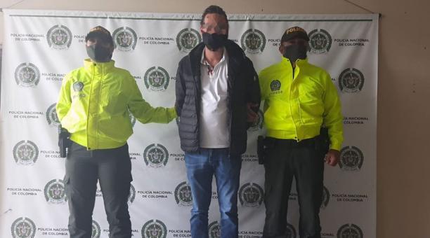 El ecuatoriano Alex Fernando I., acusado de tener nexos con redes criminales mexicanas y buscado por la Inteprol, fue detenido en el aeropuerto de Rionegro en Antioquia (Colombia). Foto: Twitter/ @mindefensa.