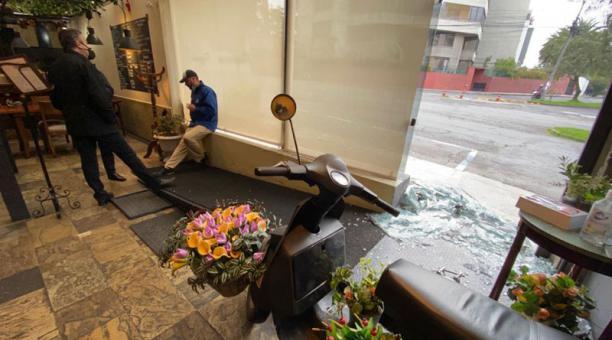 Propietarios del restaurante que fue robado hallaron la pueta del comercio destrozada y cristales esparcidos sobre la vereda. Foto: Patricio Terán/ EL COMERCIO.