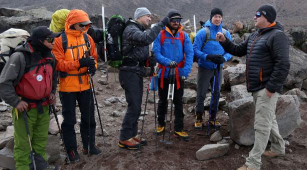 Un grupo de turistas estadounidenses asciende a la cumbre del volcán Chimborazo, con la ayuda de guías que contrataron a una operadora. Foto: Glenda Giacometti/ EL COMERCIO