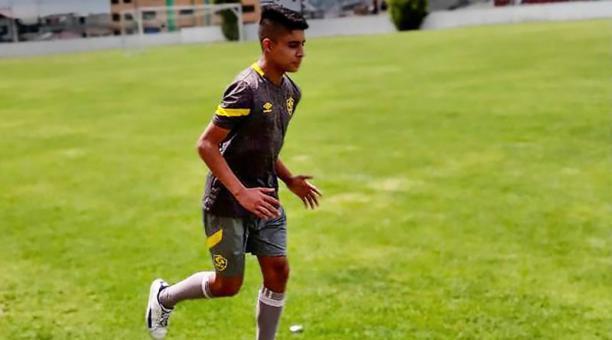Piero Guzmán, mediocampista de Aucas Sub 18, fue el portaestandarte del pabellón nacional del Colegio Nuevo Ecuador de Quito. Foto: Cortesía Piero Guzmán