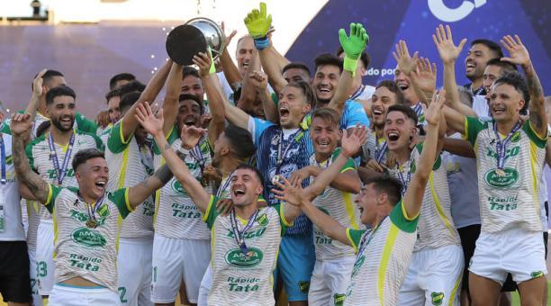 Jugadores de Defensa y Justicia festejan al ganar la Copa Sudamericana en el estadio Mario Alberto Kempes de Córdoba (Argentina), el 23 de enero del 2021. Foto: EFE