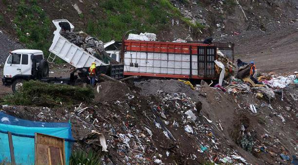 En el ingreso a Tanlagua, aun con las prohibiciones vigentes, arrojan escombros a la vía. Foto: Diego Pallero / EL COMERCIO