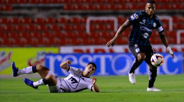 El volante Antonio Valencia (izq.) brindó una asistencia en el triunfo de los 'Gallos Blancos' sobre Pumas. Foto: Twitter @Club_Queretaro.
