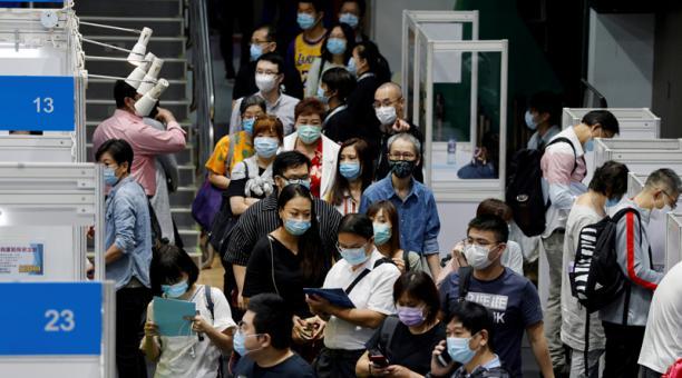 Foto de archivo de un grupo de desempleados haciendo fila en una feria de empleos en Hong Kong, China, en medio de la pandemia de COVID-19. Oct 29, 2020.