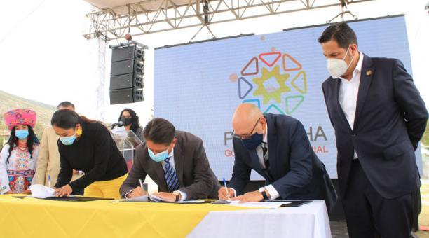 Las autoridades de la Prefectura firmaron el contrato con la empresa Sudinco S.A. Foto: Cortesía Prefectura de Pichincha.