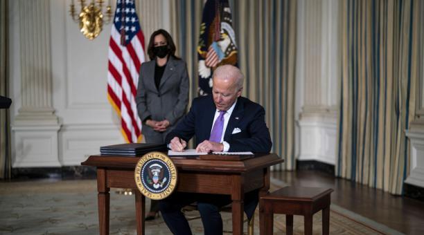El presidente de Estados Unidos, Joe Biden, firma acciones ejecutivas con la vicepresidenta Kamala Harris en el Comedor Estatal de la Casa Blanca, en Washington, DC, Estados Unidos, 26 de enero de 2021. Foto: EFE