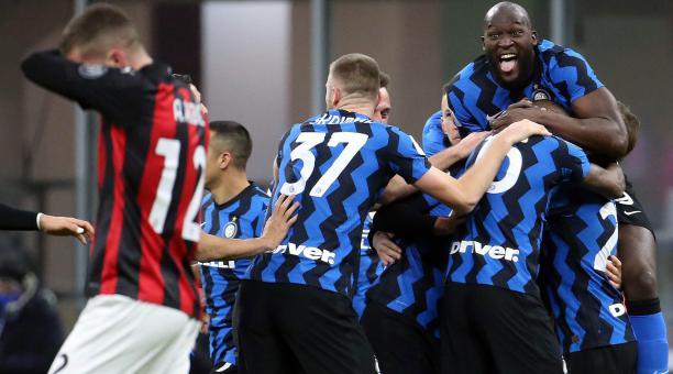 Inter eliminó de la Copa de Italia al líder de la Serie A, Milan. Foto: EFE