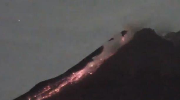 Cámaras de monitoreo captan al volcán Merapi, en Indonesia, que ha realizado emisiones de material incandescente constantes. Foto: Captura