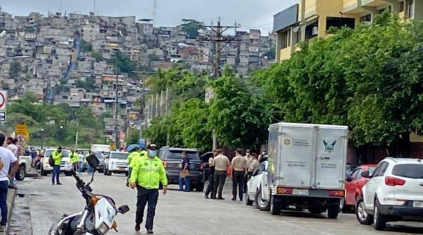 Agentes de la Dinased llegaron al lugar del crimen y cercaron la zona para investigar el asesinato del presentador Efraín Ruales. Foto: Mario Faustos/ EL COMERCIO
