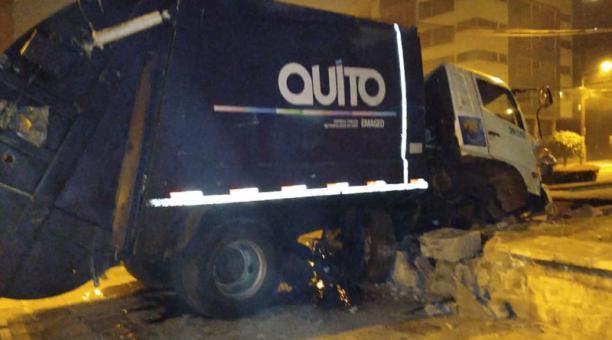 Un camión recolector de Emaseo se impactó este 27 de enero del 2021 en la plaza Artigas. El conductor dio positivo en el el alcohol test. Foto: cortesía.